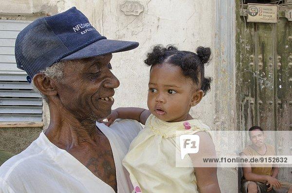 Havanna  Hauptstadt  Menschlicher Vater  Hintergrund  Großvater  Mädchen  Baby  Kuba