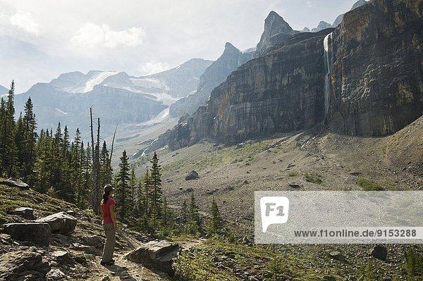 Bewunderung  folgen  Modell  Pause  wandern  Wasserfall  vorwärts  Freiheit  unterschreiben  Kootenay Nationalpark