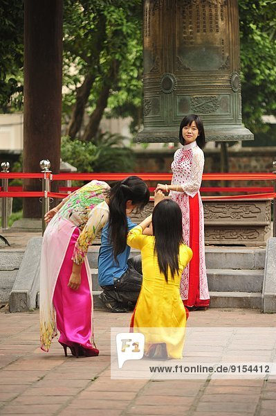 Hanoi  Hauptstadt  Kleidung  Schulabschluß  Kleid  Literatur  Vietnam  vietnamesisch