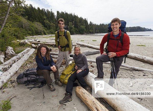einsteigen  4  Freundschaft  Fotografie  Abenteuer  folgen  Bamfield  British Columbia  British Columbia  Kanada  Pose  Vancouver Island  Westküste