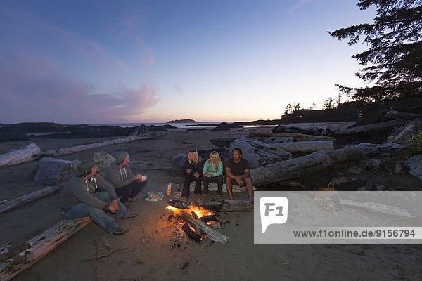 Freundschaft  unterhalten  Strand  geselliges Beisammensein  Mittagspause  Pause  Feuer  Tofino  British Columbia  British Columbia  Kanada  Vancouver Island