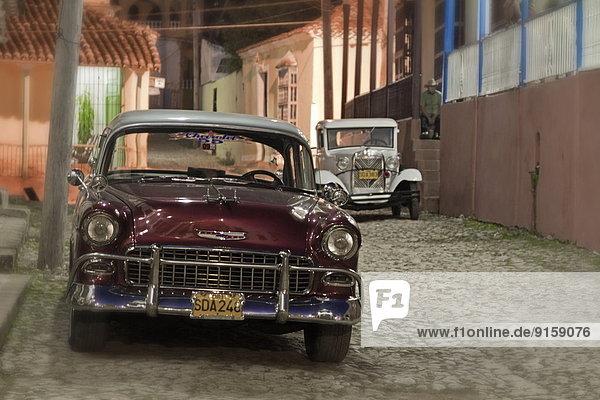 Oldtimer auf Kopfsteinpflaster in Trinidad  Kuba
