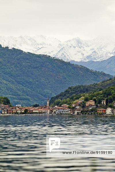 Dorf Mergozzo mit See und Bergen des Wallis  Piemont  Italien