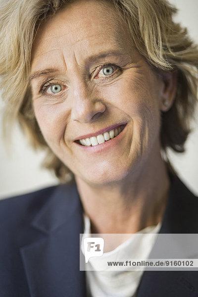 Porträt einer selbstbewussten reifen Geschäftsfrau im Amt