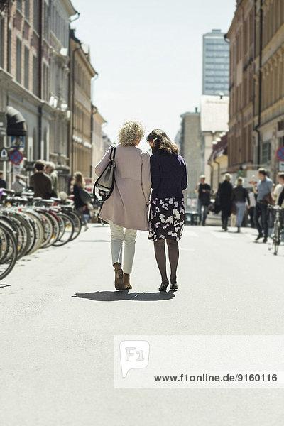 Durchgehende Rückansicht Seniorinnen auf der Straße