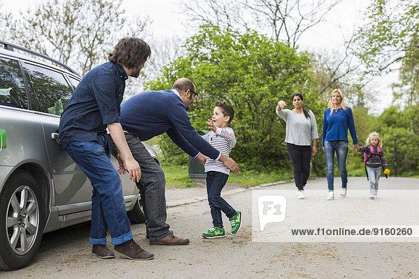 Homosexuelle Familien genießen auf der Straße