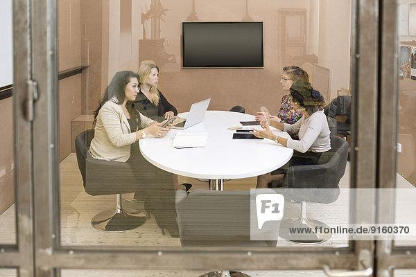 Geschäftsfrauen diskutieren im Vorstandszimmer des Kreativbüros