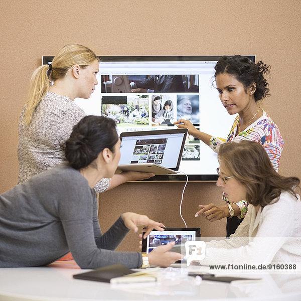 Unternehmerinnen diskutieren Präsentation im Kreativbüro