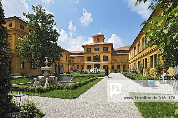 Garten mit Brunnen  Lenbachhaus  München  Oberbayern  Bayern  Deutschland