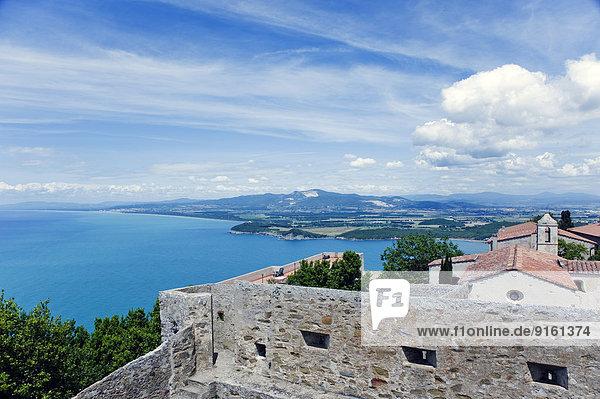 Ausblick vom Torre di Populonia auf die Burg und den Golf von Baratti  Populonia  Provinz Livorno  Toskana  Italien