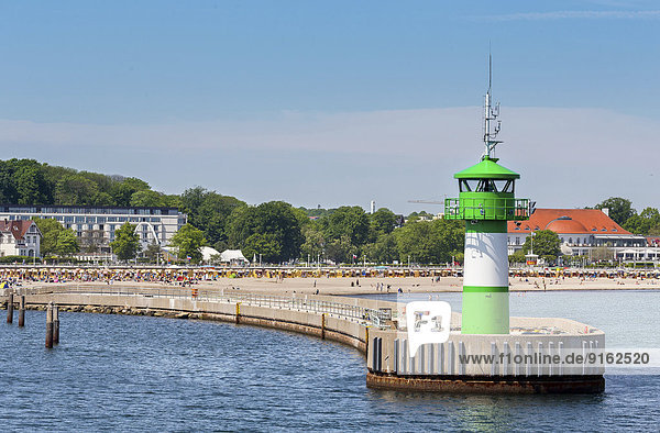 Hafeneinfahrt mit Leuchtturm und Strand  Travemünde  Lübeck  Schleswig-Holstein  Deutschland