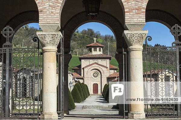 Friedhof mit Cripta Mussolini  Familienguft  Geburtsort von Mussolini  Predappio  Emilia-Romagna  Italien