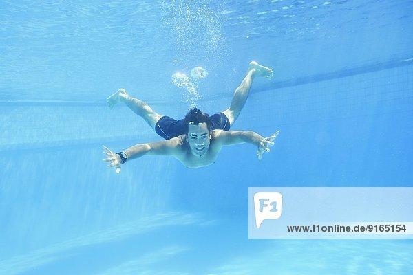 Wasser Mann unterhalb schwimmen Im Freien