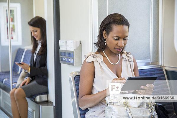 benutzen Geschäftsfrau Technologie Zug