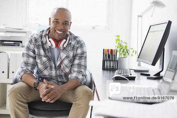 Geschäftsmann arbeiten schwarz Büro