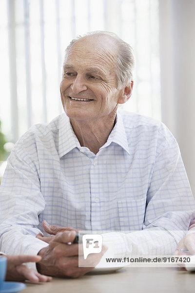 Handy Senior Senioren benutzen Europäer Mann Cafe