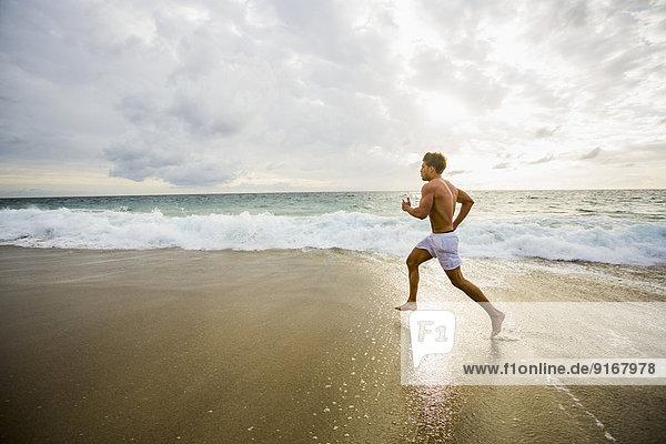 Europäer Mann Strand rennen