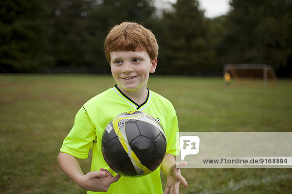 Europäer Junge - Person Feld Fußball spielen