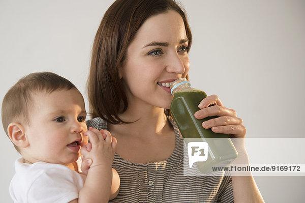 grün halten trinken Saft Mutter - Mensch Baby