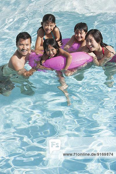 Zusammenhalt Schwimmbad spielen