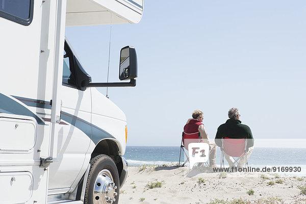 Senior Senioren Europäer Stuhl Ozean Rasen Ignoranz