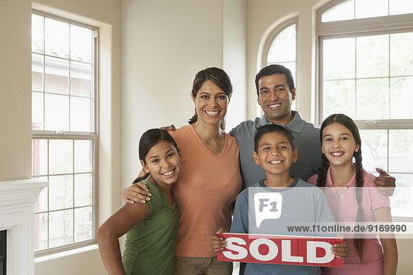lächeln Hispanier Eigentumswohnung neues Zuhause
