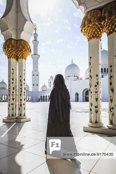 Woman walking at Sheikh Zayed Grand Mosque  Abu Dhabi  United Arab Emirates