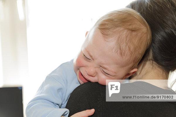 Mutter hält weinendes Baby Junge