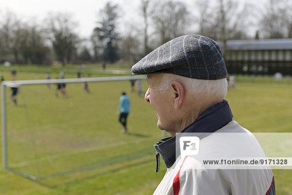 Alter Mann beim Fußballspiel