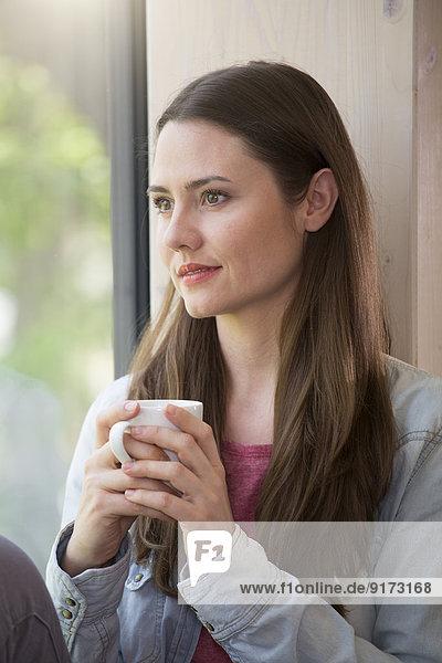 Porträt einer kreativen Geschäftsfrau bei einer Kaffeepause