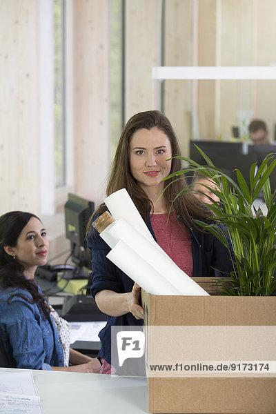 Porträt der Geschäftsfrau am ersten Tag im Amt
