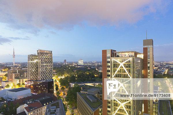 Deutschland  Hamburg  Stadtbild bei Nacht mit Fernsehturm und Tanztürmen
