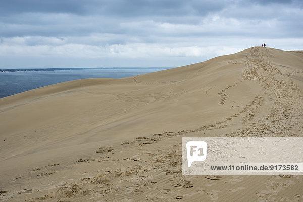 Frankreich  Aquitanien  Gironde  Pyla sur Mer  Dune du Pilat  Mutter und Tochter gehen auf Sanddüne
