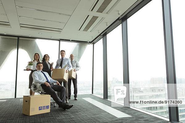 Geschäftsleute beziehen neues Büro