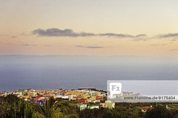 Spanien  Kanarische Inseln  La Palma  Blick auf Barlovento bei Dämmerung