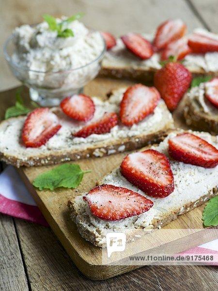 Erdbeer- und veganer Frischkäse-Toast