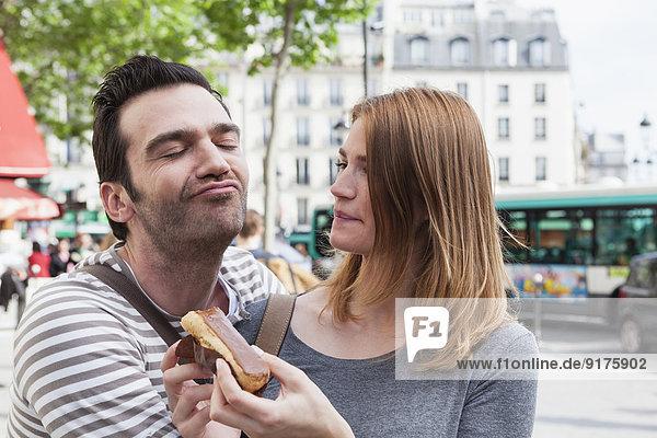 Frankreich  Paris  Porträt des glücklichen Paares mit Spaß