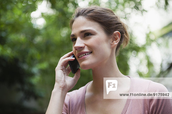 Frankreich  Paris  Porträt einer jungen Frau  die mit ihrem Smartphone telefoniert.