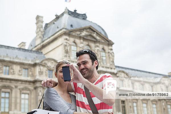 Frankreich  Paris  Paar fotografiert sich selbst mit Smartphone Frankreich, Paris, Paar fotografiert sich selbst mit Smartphone