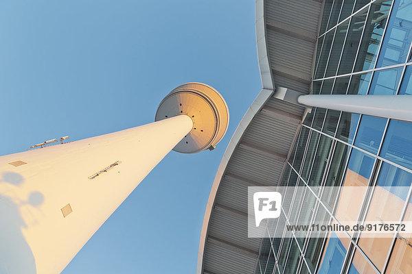Deutschland  Hamburg  Blick auf Fernsehturm und Messegebäude von unten