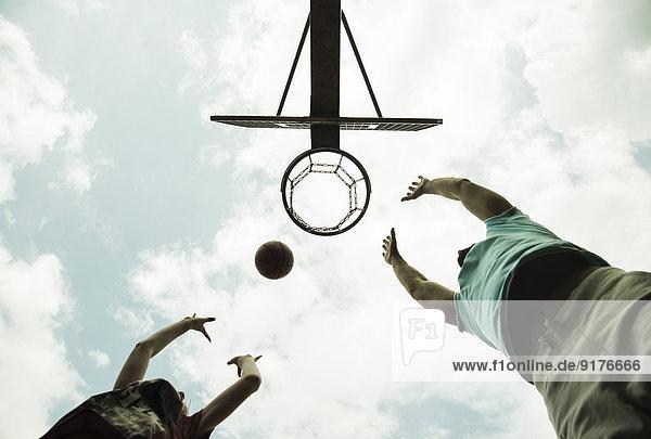 Deutschland  Mannheim  Vater und Sohn spielen Basketball