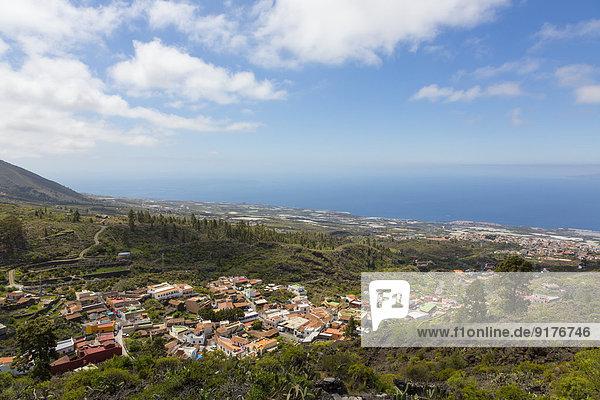 Spanien  Kanarische Inseln  Teneriffa  Blick auf Bergdorf Chirche  Guia de Isora rechts und Porto San Juan