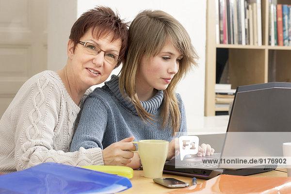 Deutschland  Berlin  Mutter und Tochter mit Laptop