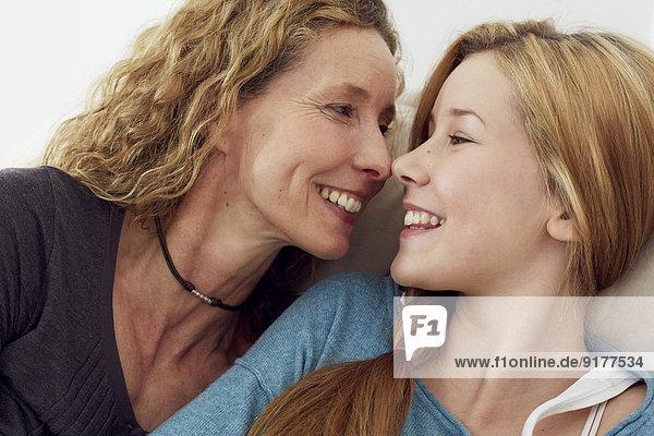 Porträt von Mutter und Tochter  die Spaß zu Hause haben