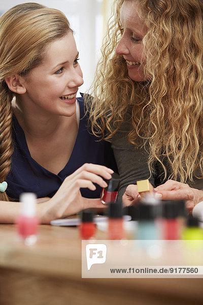 Weibliche Teenager wählen Nagellack