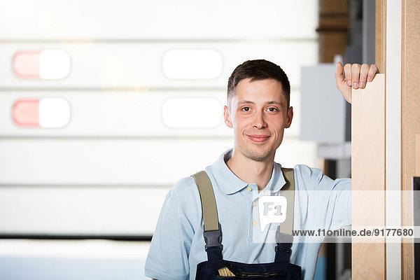 Portrait des Handwerkers in der Werkstatt