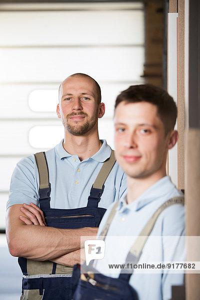 Portrait von zwei Handwerkern in der Werkstatt