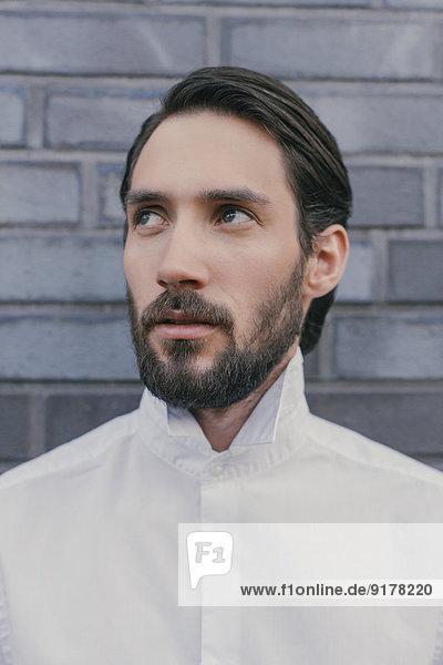 Porträt eines jungen Mannes mit weißem Hemd