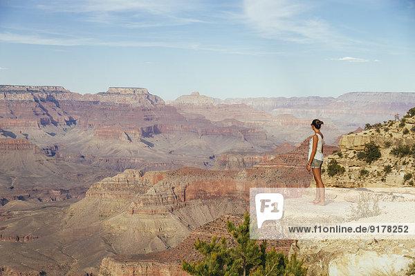 USA  Arizona  Frau genießt den Blick auf den Grand Canyon  Rückansicht