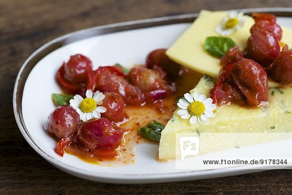 Kräuter-Polenta-Teller mit veganem Käse  Stachelbeeren und Chili-Geschmack Kräuter-Polenta-Teller mit veganem Käse, Stachelbeeren und Chili-Geschmack